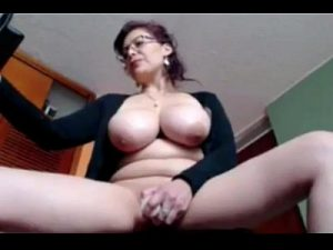 Busty Mature Cam Woman Performs On Show