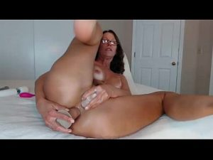 Curvy Mature Woman Jess Plays With Her Two Holes At The Same Time